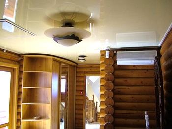 Натяжной потолок в срубе